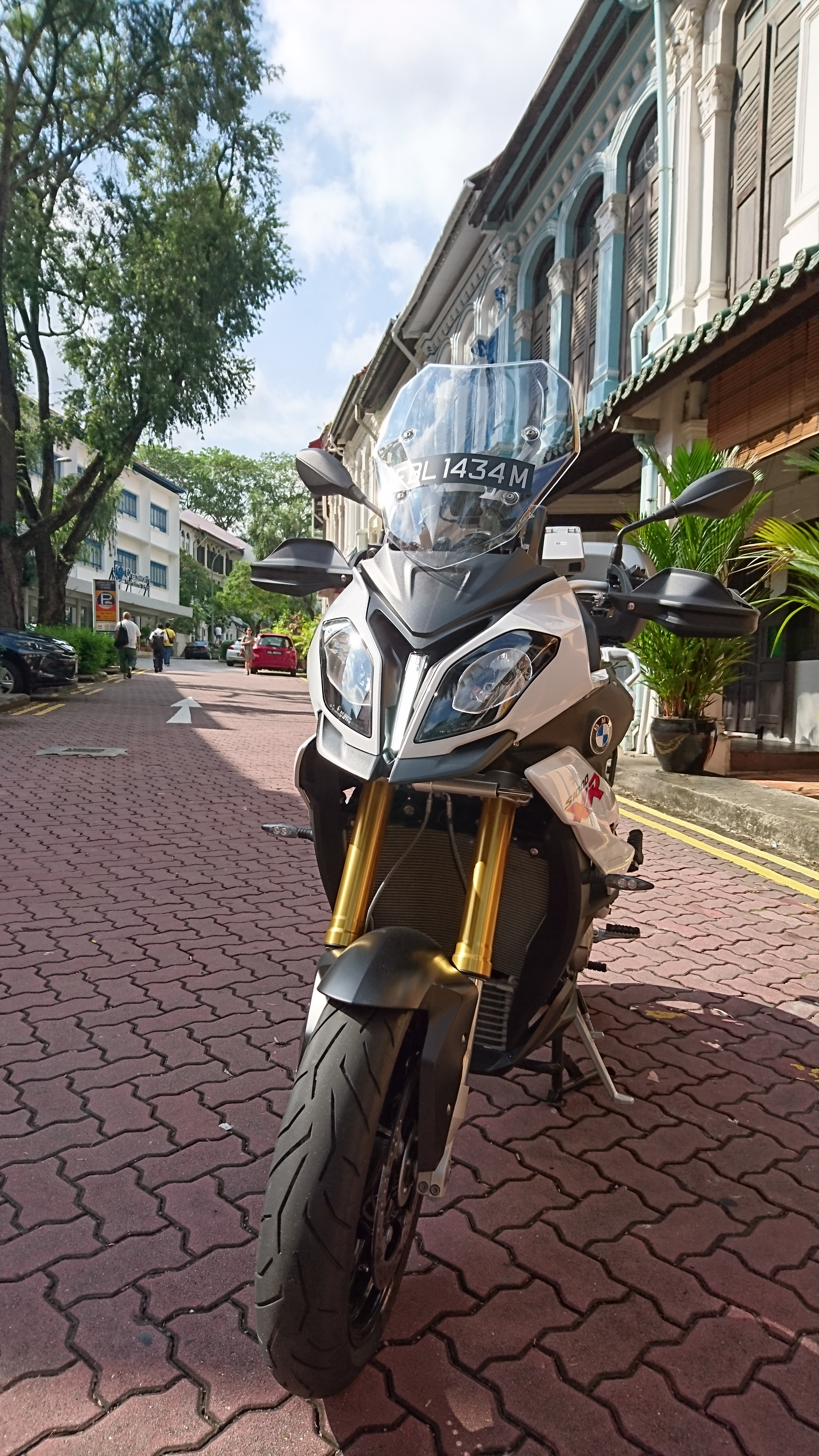 Front view of the BMW S1000XR with upside-down Sachs suspension